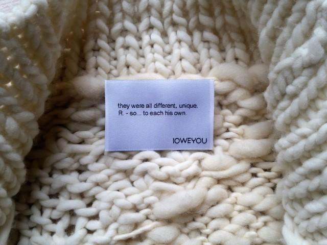 Detalle de la etiqueta del abrigo de punto hecho con nuestros productos Mesta y Carea-Hilados del proyecto Transhumance by Made in Slow