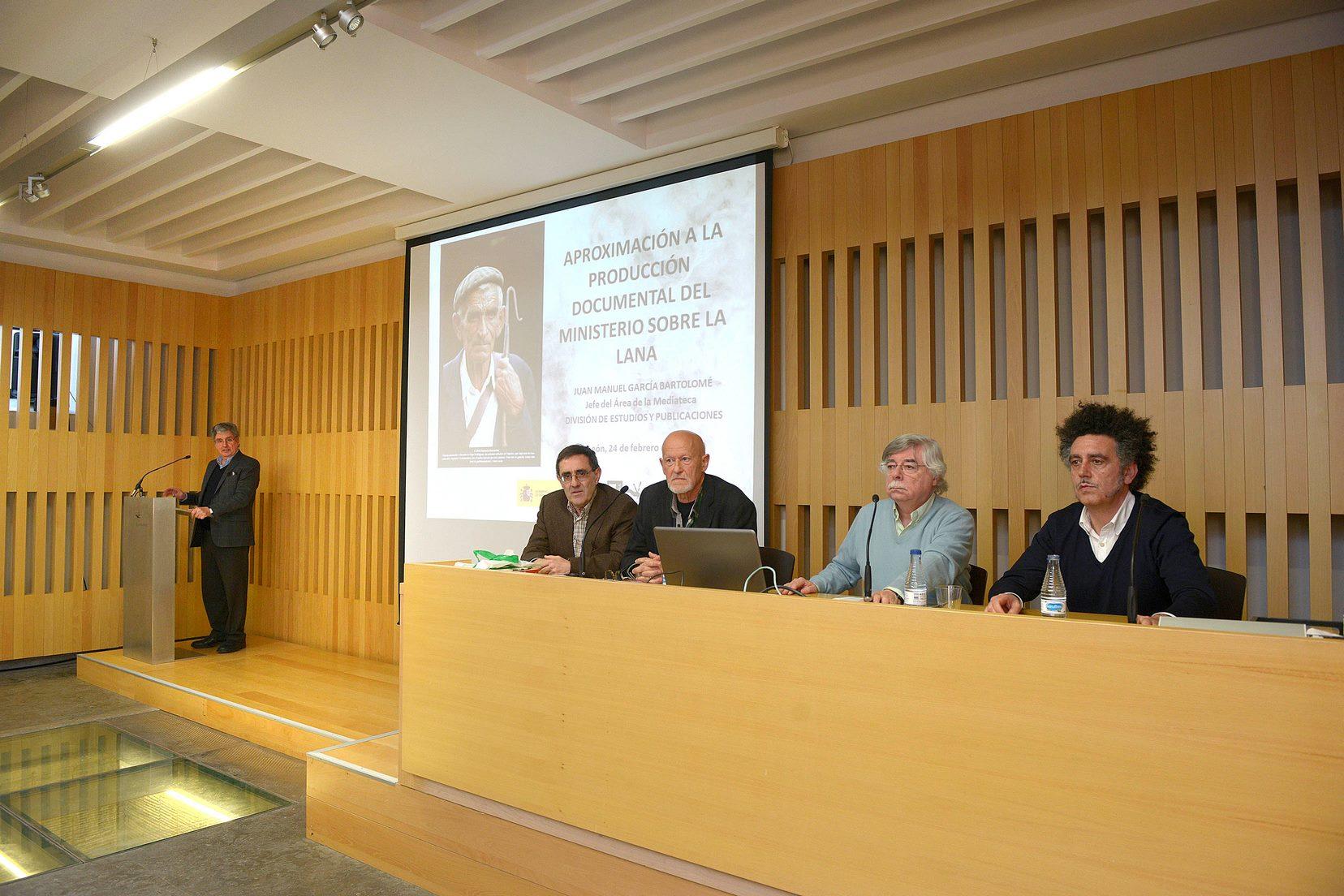 Presentacion-participantes-del-foro-sobre-la-lana-merina-y-la-trashumancia-por-el-patrono-de-la-fundacion-Sierra-Pambley