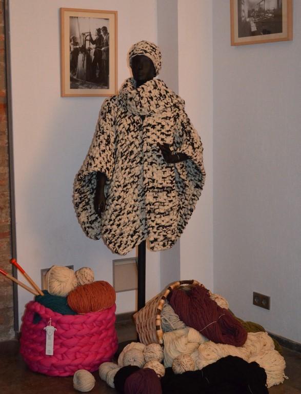 Rincon de hilados de lana merina trashumante y maniqui con capa en la fundacion Sierra-Pambley-Transhumance by Made in Slow