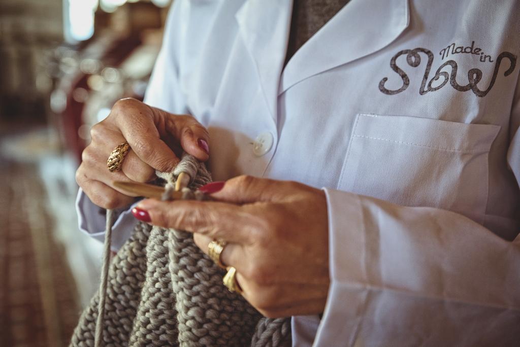 Detalle de las manos de Elena tejiendo